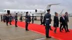 Roter Teppich in London Heathrow für den irischen Präsidenten Higgins und seine Frau (vorne rechts).