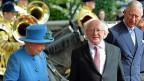 Die britische Königin Elisabeth, ihr Gast, der irische Präsident Michael Higgins und Prinz Charles, vor dem Schloss Windsor.