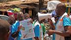 Mitarbeiter von «Ärzte ohne Grenzen» informieren in Guineas Hauptstadt Conakry über Ebola und die Möglichkeiten, sich vor Ansteckung zu schützen.