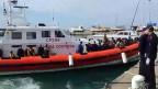 Ein Schiff der italienischen Küstenwache am 9. April im Hafen von Portallo auf Sizilien. In den vergangenen Tagen sind rund 4000 Flüchtlinge gerettet worden.