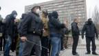 Bewaffnete Separatisten vor dem besetzten Regierungsgebäude in Donezk.