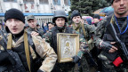 Prorussische Separatisten in Luhansk tragen eine Ikone vor dem besetzten Regierungsgebäude.