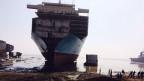 Ein Schiffswrack im Hafen von Alang, Gujarat, Indien.