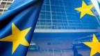 Europäische Flagge vor dem Gebäude der Europäischen Kommission in Brüssel.