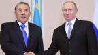 Russlands Präsident Vladimir Putin (rechts) und Nursultan Nazarbayev, Präsident von Kasachstan im November 2013.