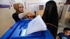 Eine vollverschleierte Frau während der Abstimmung für die irakischen Parlamentswahl in Bagdad am 30. April 2014.