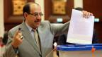 Der irakische Ministerpräsident Nuri al-Maliki wirft seinen Stimmzettel ein bei den Parlamentswahlen in Bagdad am 30. April 2014.
