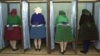 Frauen in traditionellen Kleidern an der Abstimmung über das EU-Referendum am 12. April 2003 in der Nähe von Budapest, Ungarn