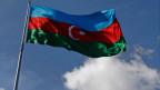 Die Freilassung aller politischen Häftlinge war eine Bedingung für die Aufnahme von Aserbaidschan in den Europarat. Flagge von Aserbaidschan.