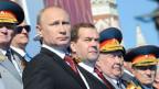 Russlands Präsident Wladimir Putin (vorne links) und Ministerpräsident Dmitri Medwedew an der Siegesparade in Moskau auf dem Roten Platz am 9. Mai 2014.