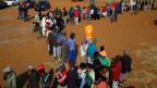 Wählen in Südafrika erfordert Geduld. Eine Schlange von Wählern in Bekkersdal, nahe Johannesburg.