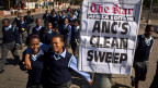 Das Plakat propagiert den Wahlsieg von Jacob Zumas Partei ANC, der auf Vorwahlen basiert.