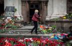 Blumen vor dem ausgebrannten Gewerkschaftshaus