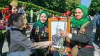 Es herrscht Volksfeststimmung an diesem 9. Mai, auf all den Helden- und Ruhmesplätzen in Kiew. Jung und Alt ist auf den Beinen. Die älteren, um den Sieg der Sowjets über Nazideutschland zu feiern; die jüngeren, um ihrer Grossväter, Väter und Brüder zu gedenken, die im Zweiten Weltkrieg gefallen sind.