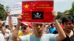 Demonstrierende mit anti-chinesischen Plakaten in Hanoi.
