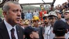 Der türkische Premier Tayip Erdogan auf dem Geländer der Kohlemine von Soma. Er sieht sich mit der Kritik konfrontiert, seine Regierung hätte nicht genug getan für die Sicherheit der Bergleute – trotz deutlicher Warnungen.