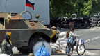 Für die Zivilbevölkerung in der Ostukraine ist der Alltag derzeit alles andere als einfach: Maskierte und bewaffnete Unterstützer der «Volksrepublik Donezk» an einer Strassenkeurzung.