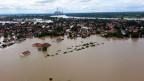 Das überflutete Dorf Obrenovac. Inzwischen sind tausende Helfer im Einsatz.