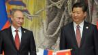 Der russische Präsident Wladimir Putin und der chinesische Präsident Xi Jinping warten in Shanghai auf die Unterzeichnung des Vertrags für russische Gaslieferungen nach China.