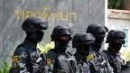 Ein Polizeikommando vor dem Army Club in Bangkok. Die militärische Führung erwartet dort die ehemalige Premierministerin Yngluck Shinawatra zum Gespräch.