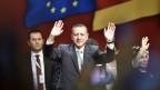 Erdogan winkt seinen Anhängern in Köln zu.