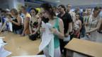 Wählende in einem Wahlbüro in Kiew.