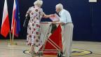 In Osteuropäischen Ländern haben nicht viele Leute den Weg an die Wahlurnen gefunden. Bild: Ein Wahllokal in Warschau.