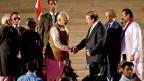Der neue indische Premier Narendra Modi beim Händedruck mit  dem pakistanischen Premier Nawaz Sharif, hinter ihm  die Staatschefs von Sri Lanka und Mauritius.
