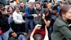 Türkische Zivilpolizisten vertreiben Gezi-Aktivisten.