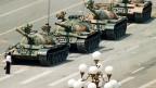 Ein Bild das um die Welt ging: Ein Mann stellt sich am 5. Juni 1989 den Panzern der Volksbefreiungsarmee in den Weg.
