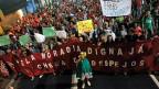 Tausende Obdachlose protestieren  vor dem WM-Fussballstadion gegen ihre missliche Lage.
