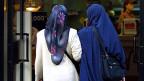Symboldbild: Frauen werden beschimpft, wenn sie nicht angemessen gekleidet sind: Und angemessen heisst: Kopftuch, bedeckte  Arme und knöchellange Röcke.