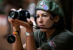 Eine Farc-Guerillera fotografiert eine Pressekonferenz