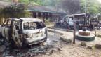 Ausgebrannte Autos ausserhalb Mpeketoni nach dem Anschlag. 48 Menschen starben.
