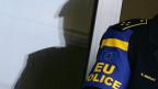 Ein EULEX-Polizist steht vor der Polizeistation in der serbisch dominierten Stadt Gracanica im Dezember 2008.