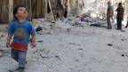Das Morden geht weiter, trotz der Verhandlungen in Genf, trotz dem Abkommen zur Vernichtung chemischer Waffen. Ein kleiner Junge im zerstörten Aleppo am 14. Juni 2014.