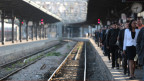 In Frankreichs Bahnhöfen liegen die Nerven blank. Pendler warten auf dem Perron im Gare de l'Est in Paris am 16. Juni 2014.