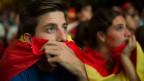 Spanische Fussball-Fans verfolgen vor einem riesigen Display das WM-Fussballspiel zwischen Spanien und Chile, in Madrid, Spanien, am Mittwoch, 18. Juni 2014.