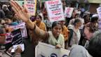 Indische Aktivistinnen protestieren gegen die Vergewaltigung einer 21-jährigen Frau in der Stadt in Kalkutta.