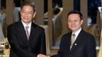 Der für Taiwan zuständige chinesische Spitzenpolitiker Zhang Zhijun (links) und sein taiwanesischer Amtskollege Wang Yu-chi begrüssen sich in Taipeh.