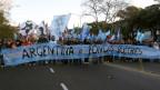 Pro-Regierungs-Demonstranten halten Flaggen mit der Aufschrift «Argentinien oder Geier-Fonds» und marschieren Richtung US-Botschaft in Buenos Aires am 20. Juni 2014.