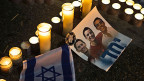Kerzen zum Gedenken an die drei tot aufgefundenen israelischen Jugendlichen.