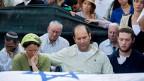Angehörige der drei tot aufgefundenen jungen Israeli trauern in der Westbank. Die Särge sind in israelische Flaggen gehüllt.
