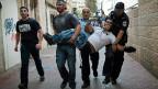 In Jerusalem gehen israelische Polizisten gegen rechtsextreme jüdische Siedler vor, die versucht haben, israelische Araber in ihre Fahrzeuge zu zerren.