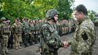 Der ukrainische Präsident Poroschenko begrüsst Soldaten, die in der Ostukraine im Einsatz sind.