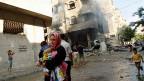 Eine palästinensische Mutter auf der Flucht - nach einem israelischen Bombeneinschlag in Gaza City.