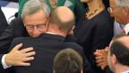 Martin Schulz, Präsident des Europäischen Parlaments, gratuliert Jean-Claude Juncker (links) zur Wahl als Präsident der Europäischen Kommission.