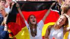 Fussball-Fans jubeln während der Feierlichkeiten zum Fussball-WM-Sieg in Berlin am 15. Juli 2014.