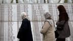 Frauen an der Gedenkstätte der Opfer des Massakers von Srebrenica.