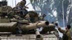 Kämpfer in Donezk füllen ihre Tanks mit Treibstoff an einer Tankstelle in Snizhne, 100 Kilometer östlich von Donezk, Ostukraine.